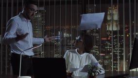 Povos que fazem o documento no escritório fotografia de stock