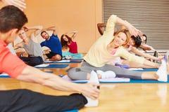 Povos que fazem o exercício na classe dos pilates Fotografia de Stock