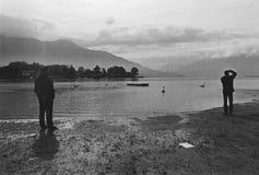 Povos que gravam no lago de Como, quadro de filme, câmera análoga preto e branco Fotografia de Stock