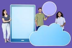 Povos que guardam ícones diferentes no tema da tecnologia do rádio e da nuvem imagens de stock