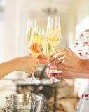 Povos que guardaram os vidros do champanhe que fazem um brinde Fotografia de Stock