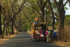 Povos que inscrevem um mini ônibus público velho nos subúrbios da cidade de Cacheu, em Guiné-Bissau Fotografia de Stock Royalty Free