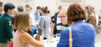 Povos que interagem durante a ruptura de café na conferência médica ou científica fotografia de stock