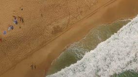 Povos que jogam as ondas surfando que deixam de funcionar o Oceano Pacífico norte Oahu da costa filme