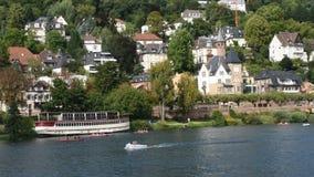 Povos que jogam e canoa do barco de pá em Neckar River em Heidelberg, Alemanha filme