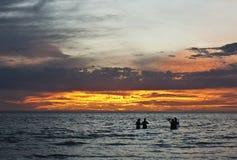 Povos que jogam no oceano Foto de Stock Royalty Free