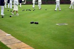 Povos que jogam o bowling de gramado Imagens de Stock