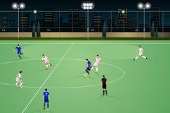 Povos que jogam o futebol na noite Fotografia de Stock
