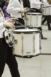 Povos que jogam o instrumento Fotografia de Stock Royalty Free