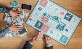 Povos que jogam o jogo de mesa do negócio Imagens de Stock Royalty Free
