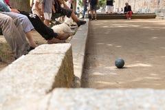 Povos que jogam o petanque fora, ao lado da cidade velha em Saint Malo, França fotos de stock