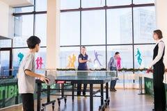 Povos que jogam o pong do sibilo Foto de Stock Royalty Free