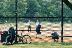 Povos que jogam o softball no Central Park, NYC foto de stock