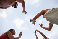 Povos que jogam o voleibol Foto de Stock Royalty Free