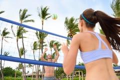 Povos que jogam o voleibol de praia - estilo de vida ativo Fotografia de Stock