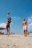 Povos que jogam o voleibol na praia Imagem de Stock Royalty Free