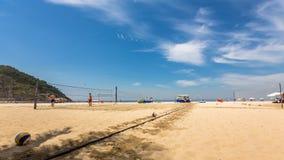Povos que jogam o voleibol na praia de Copacabana video estoque