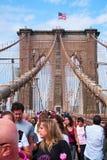 Povos que marcham na ponte de Brooklyn imagem de stock