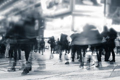 Povos que movem-se na rua aglomerada da cidade da noite Hon Kong Foto de Stock Royalty Free