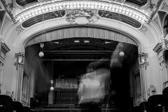 Povos que movem-se na sala de concertos, Smetana Salão, Praga, Checo Repub imagem de stock