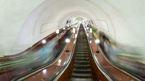 Povos que movem sobre a escada rolante em um hyperlapse do timelapse do metro vídeos de arquivo