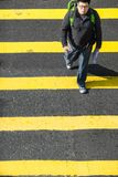 Povos que movem sobre a faixa de travessia da zebra em Hong Kong fotos de stock royalty free