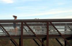Povos que movimentam-se na ponte no parque da albufeira do búfalo, Houston, Texas imagens de stock