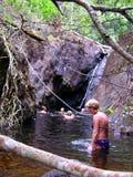 Povos que nadam na lagoa natural Fotos de Stock