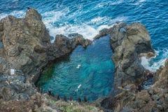 Povos que nadam na piscina natural Charco De La Laja, no norte de Tenerife Imagens de Stock