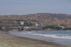 Povos que nadam no Oceano Pacífico na praia do surfista de Mancora Fotos de Stock