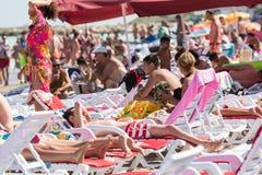 Povos que obtêm Sun que bronzea-se na praia do Mar Negro Fotos de Stock Royalty Free