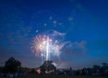 Povos que olham fogos-de-artifício em honra do Dia da Independência Imagens de Stock