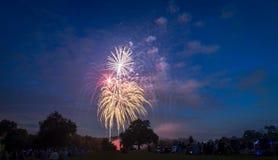 Povos que olham fogos-de-artifício em honra do Dia da Independência Fotos de Stock