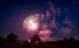 Povos que olham fogos-de-artifício em honra do Dia da Independência Imagens de Stock Royalty Free