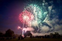 Povos que olham fogos-de-artifício em honra do Dia da Independência Imagem de Stock