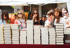 Povos que olham livros na festa de Sant Jordi Fotografia de Stock Royalty Free