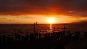 Povos que olham no por do sol em Santa Monica Fotos de Stock