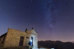 Povos que olham o céu estrelado e a Via Látea nos cumes Imagem de Stock Royalty Free