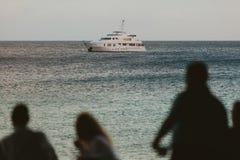 Povos que olham o mar Fotos de Stock Royalty Free