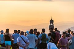 Povos que olham o panorama de Florença Palazzo Vecchio Por do sol de Piazzale Michelangelo Tosc?nia, Italy fotos de stock