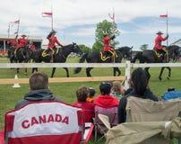 Povos que olham o passeio musical de RCMP Foto de Stock Royalty Free