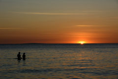 Povos que olham o por do sol sobre o mar na ilha de Boracay, Filipinas Fotos de Stock