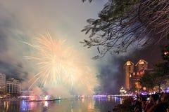 Povos que olham os fogos-de-artifício pelo ano novo chinês no rio do amor de Kaohsiung Imagem de Stock