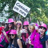 Povos que participam na parada de orgulho alegre no Madri Imagem de Stock Royalty Free