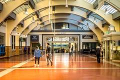 Povos que passam completamente Wellington Railway Station interno, Nova Zelândia fotos de stock