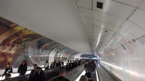 Povos que passam na conexão das estações de metro do caminho, passageiros que viajam, vida moderna dos assinantes video estoque