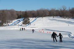 Povos que patinam na pista da patinagem no gelo do lago beaver Fotografia de Stock Royalty Free