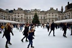 Povos que patinam no gelo em Somerset House Christmas Ice Rink Londres, Reino Unido, em dezembro de 2018 imagem de stock royalty free