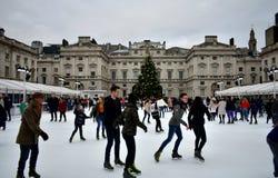 Povos que patinam no gelo em Somerset House Christmas Ice Rink Londres, Reino Unido, em dezembro de 2018 foto de stock