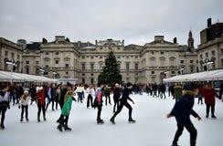 Povos que patinam no gelo em Somerset House Christmas Ice Rink Londres, Reino Unido, em dezembro de 2018 fotografia de stock